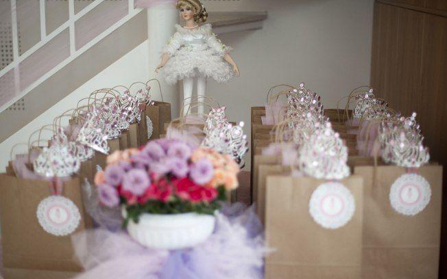 As lembrancinhas da festa de bailarinas decorada por Letícia Araújo ganham um charme extra com as coroas nas alças das sacolinhas.