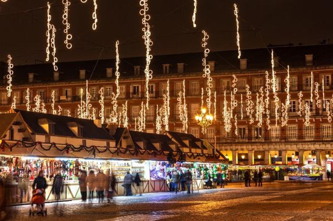 La Navidad Empieza El Madrid Con La Inauguración De Su Tradicional Mercadillo De La Plaza Mayor Que Est En 2021 Mercado De Navidad Navidad En España Navidad En Madrid