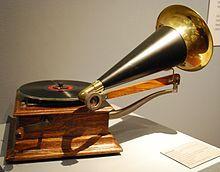 un gramófono Victor. Victor Talking Machine Company fue una compañía discográfica que existió desde 1901 hasta 1929, año en que fue vendida a RCA, formándose RCA Victor