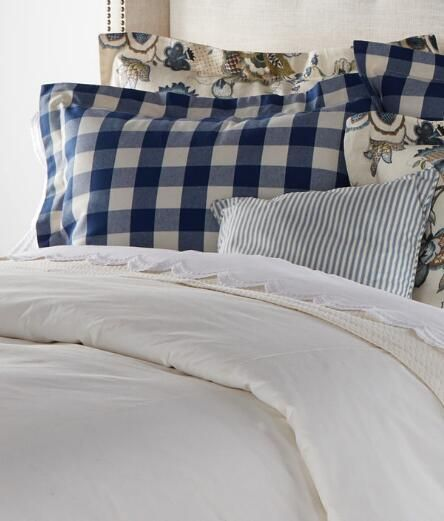Cosy Bedroom Ideas For A Restful Retreat: Blue And White Bedding Creates A Cozy Retreat From Country
