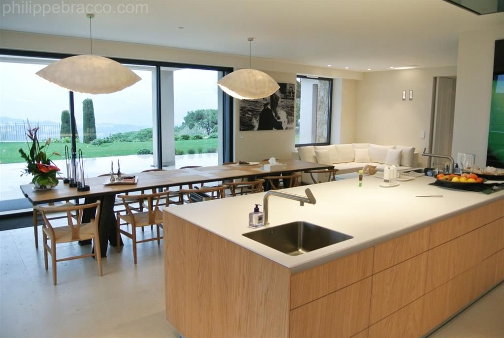 Cuisine avec ilot central et grande table à manger Kitchens