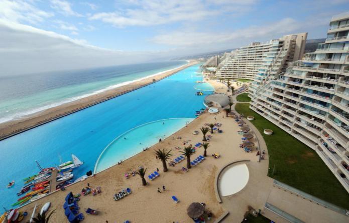 La piscina mas espectacular del mundo se encunetra en el  resort San Alfonso de Mar, en Chile.   Está situada a lo largo de la costa y es más grande que 20 albercas olímpicas juntas y contiene 250,000 metros cúbicos de agua y tiene una profundidad de 35 metros.
