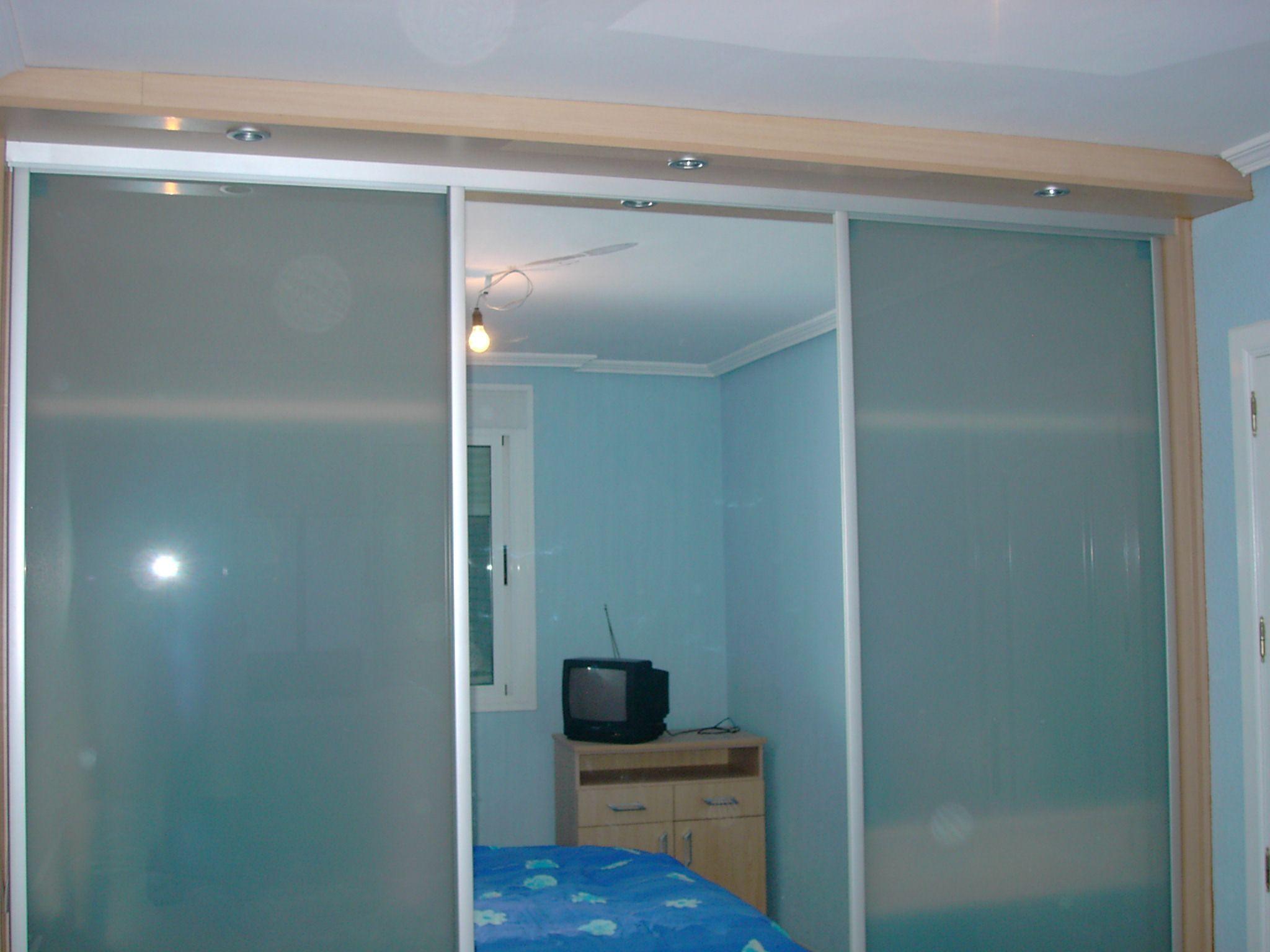 Armario Empotrado Con Puertas De Cristal Al Acido Y Una Puerta  ~ Armarios De Aluminio Para Exterior