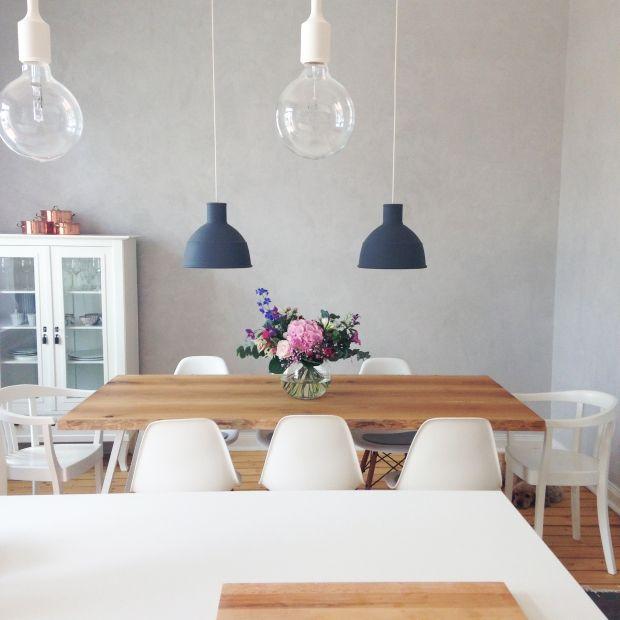 Esszimmer in weiß / grau mit Naturtönen.