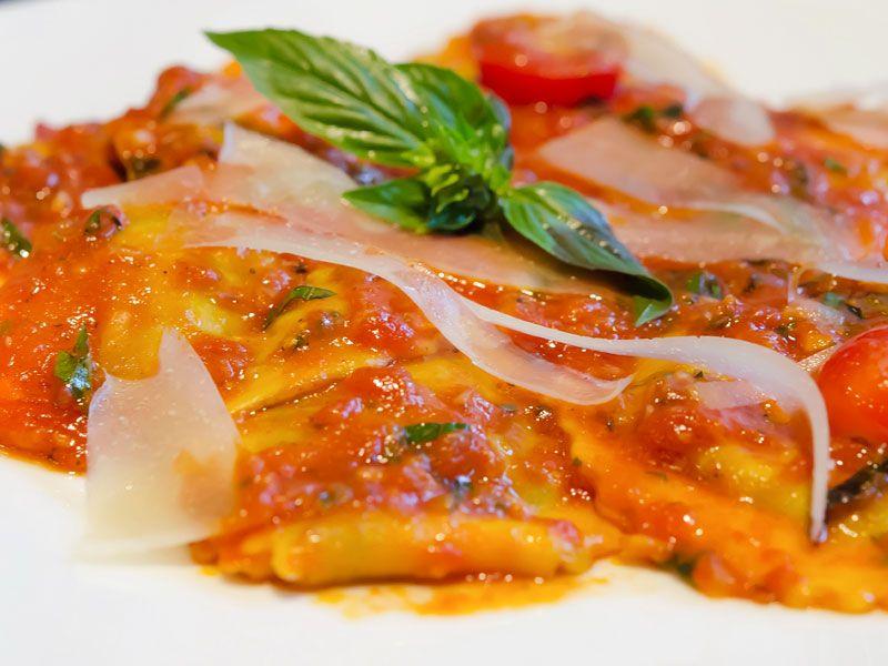 Ravioli einfach selbst machen  Die meisten kennen Ravioli aus der Dose seit der Kindheit, kein Wunder, denn die kleinen mit Fleisch gefüllten Teigtaschen in Tomatensauce gehören seit Ende der 1950er Jahre zu den Kassenschlagern bei den Dosengerichten.  Ravioli kann man sehr gut selbst herstellen, dann sind sie sehr köstlich und nicht mehr mit dem Dosengericht zu vergleichen.   http://einfach-schnell-gesund-kochen.de/ravioli/