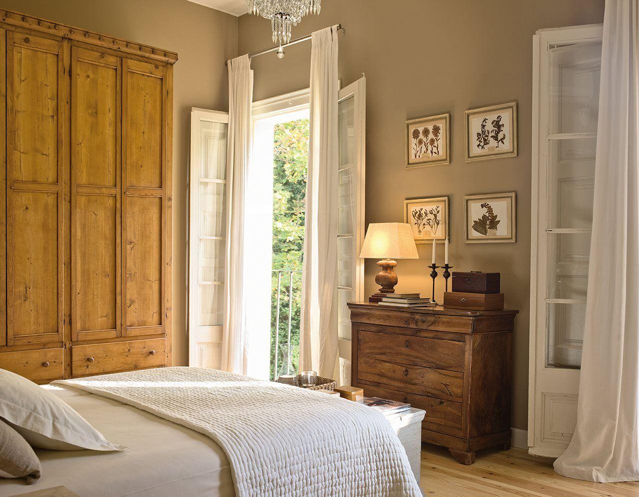 L\'Hort de Sant Cebrià en Girona. Dormitorio rúsico con cómoda y ...
