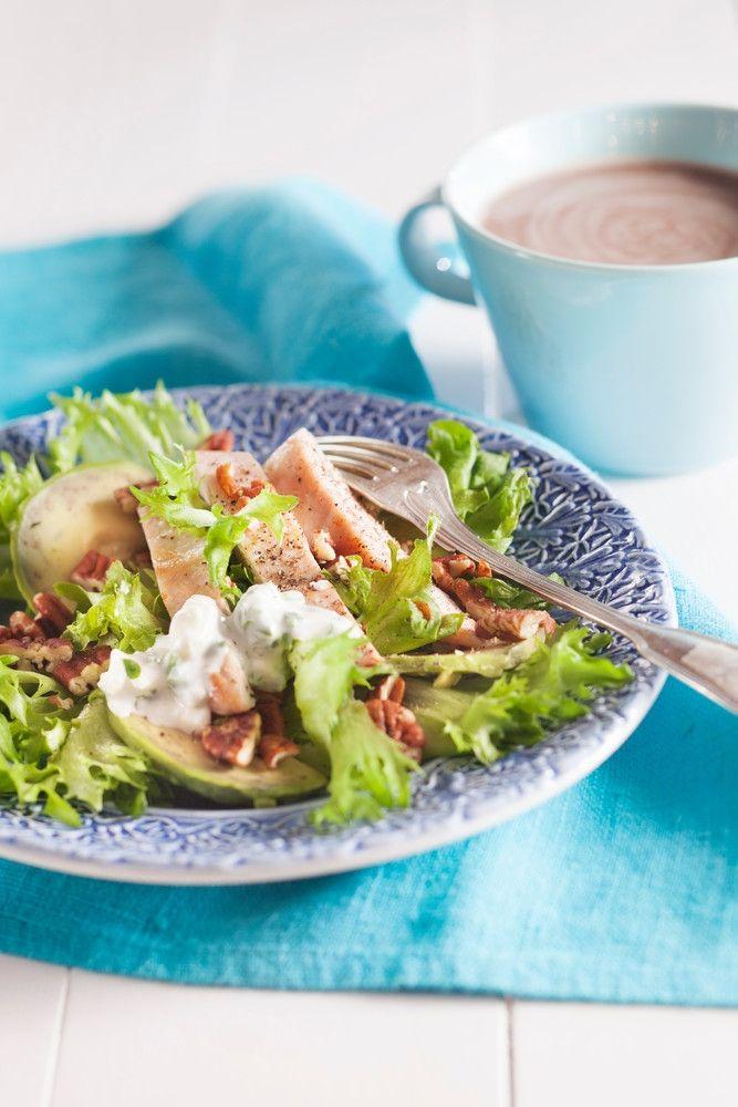 Avokado-sinihomejuustosalaatti ja broileripihvit | K-ruoka