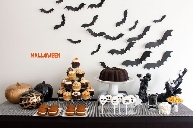 Mesa dulce halloween by living in autumn, via Flickr Mesas