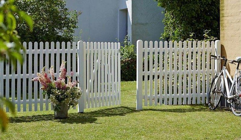 Die Gartenzäune sind mit einem Holzschutzmittel auf