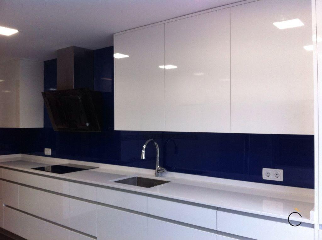 Cocina blanca y azul con campana negra cocinas blancas modernas cocinas en 2019 cocinas - Cocinas blancas lacadas ...