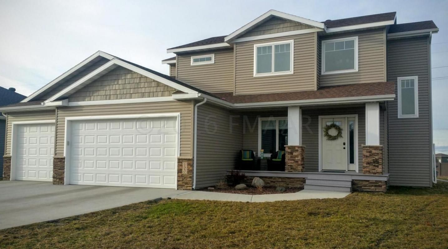 Huge Yard With Sprinkler System, Heated Garage, Maint. Free Front Porch,  And Concrete Patio ...