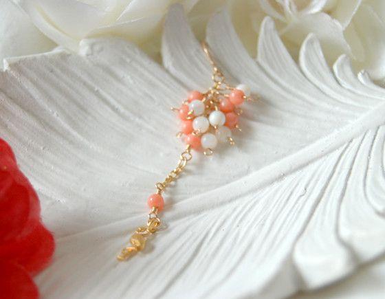 ピンクサンゴとホワイトシェルのお花の下に、小さなフラミンゴが優しく揺れます。|ハンドメイド、手作り、手仕事品の通販・販売・購入ならCreema。