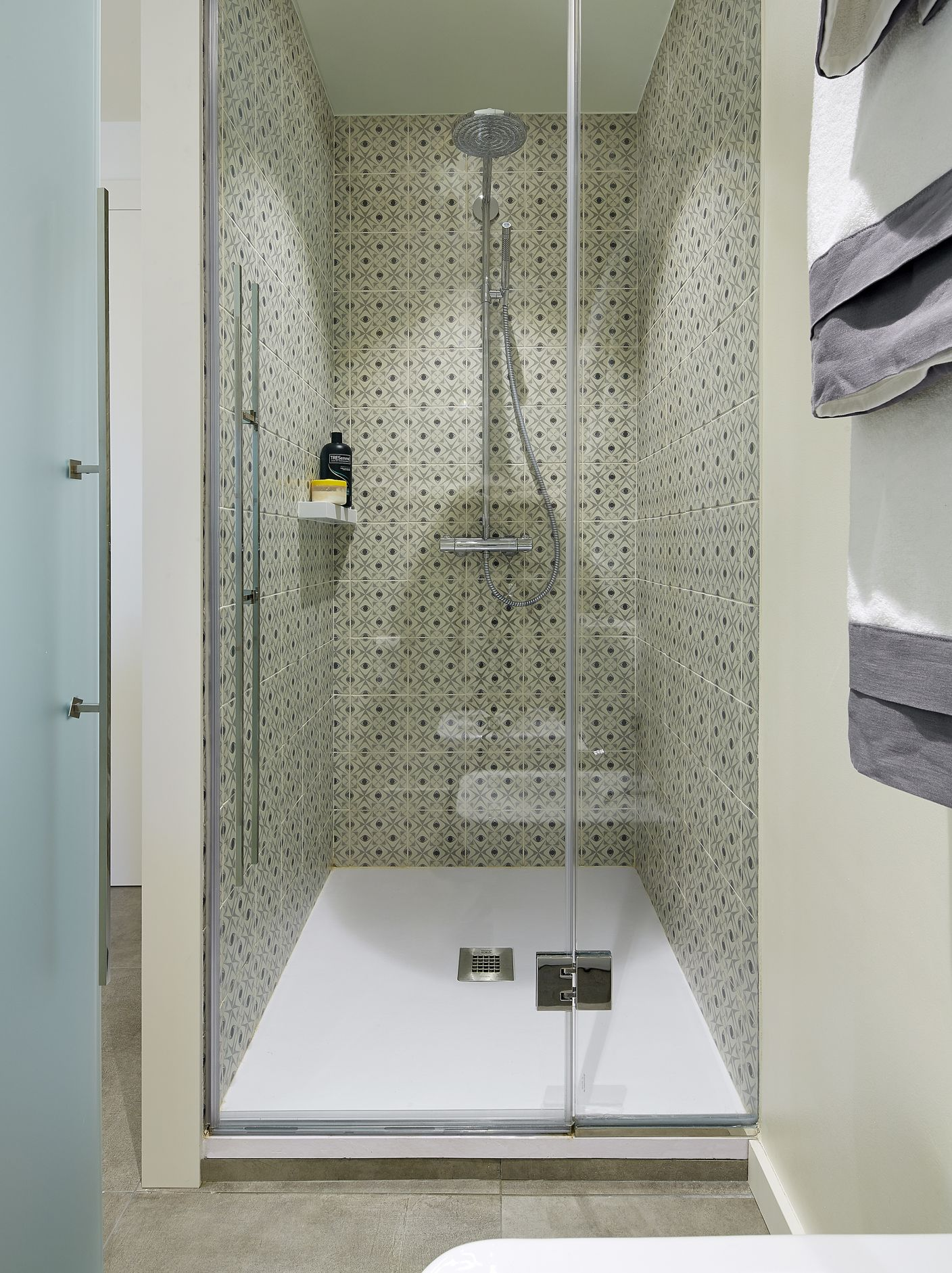 Molins Interiors Arquitectura Interior Interiorismo - Decoracion-baos-con-plato-de-ducha