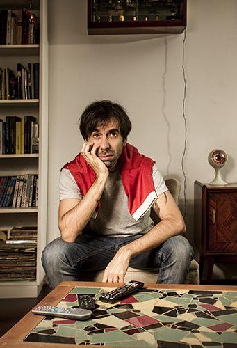 """Clemente Cancela (periodista). Fotografía para ilustrar la nota de la sección """"El hincha"""" de la revista Brando. Bs. As. Argentina. Más en www.solsantarsiero.com.ar"""