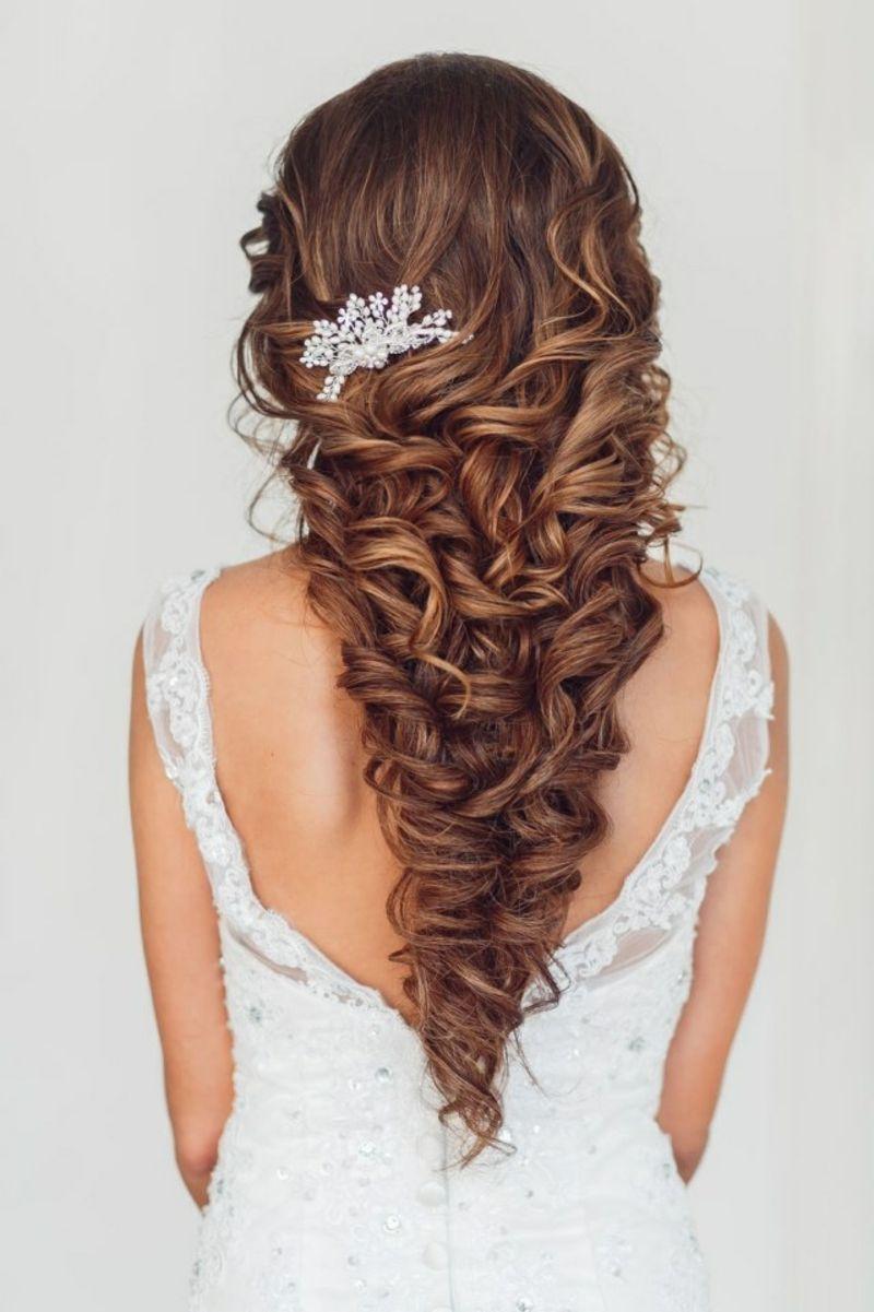 Braut haarschmuck halboffene haare  Hochzeitsfrisur halboffen mit dezentem Haarschmuck ...