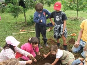 Educar en Verde. Los Niños corren más peligro en casa que en la naturaleza.