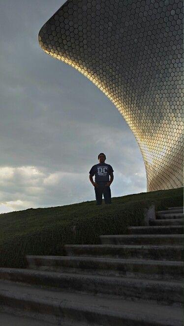 Una soleada tarde en el Museo Soumaya, Ciudad de México.