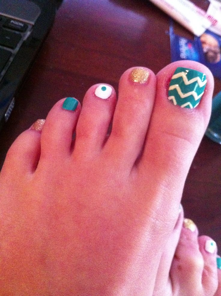 chevron toes | Chevron Toe Nail Design | Dress to Impress | Toe art ...