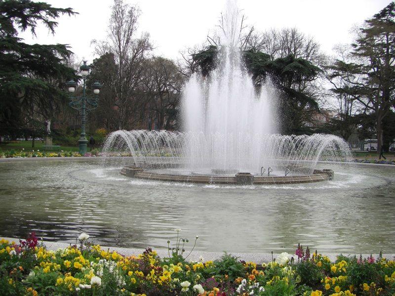 La fontaine du grand rond situ e dans le jardin le grand rond cette fontaine en forme de jets for Jardin grand rond toulouse