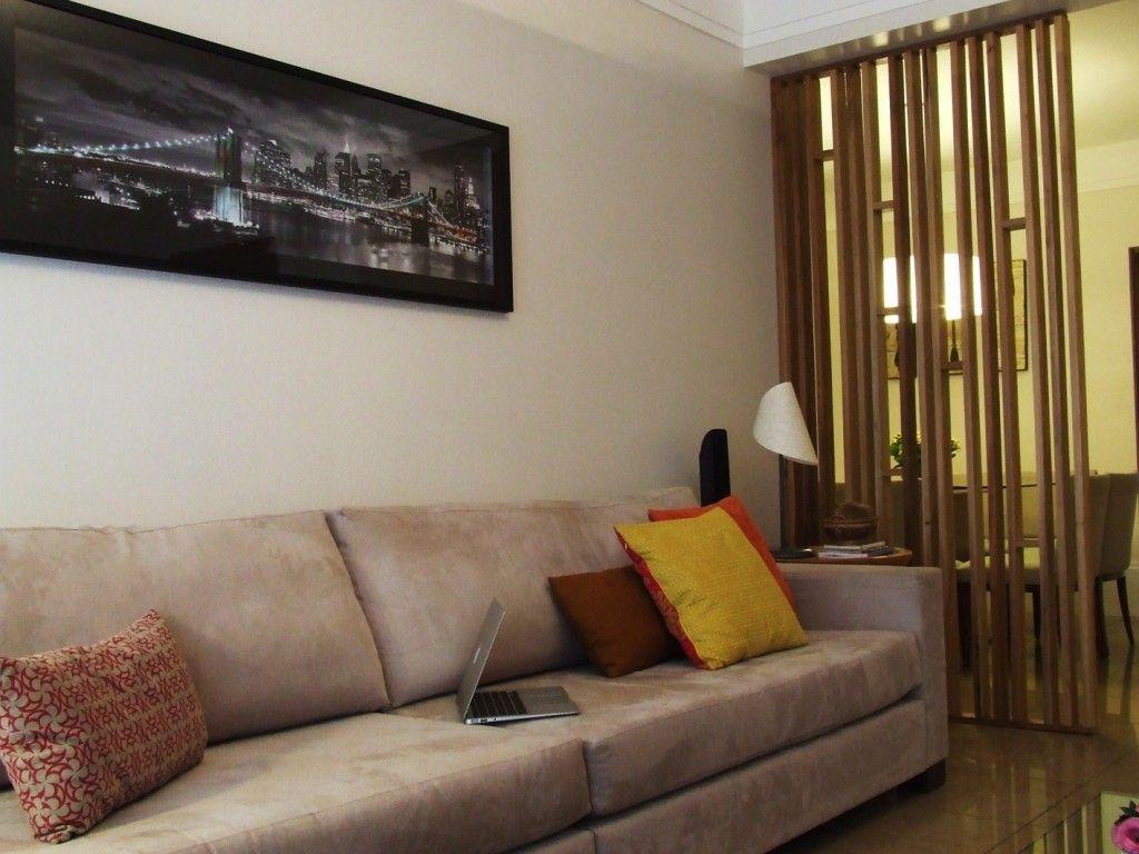 Sala de estar | A divisória em marcenaria é também um objeto decorativo, ela permite que a luz natural que entra pela janela da sala de estar chegue até a sala de jantar | marcelasantiago.com.br