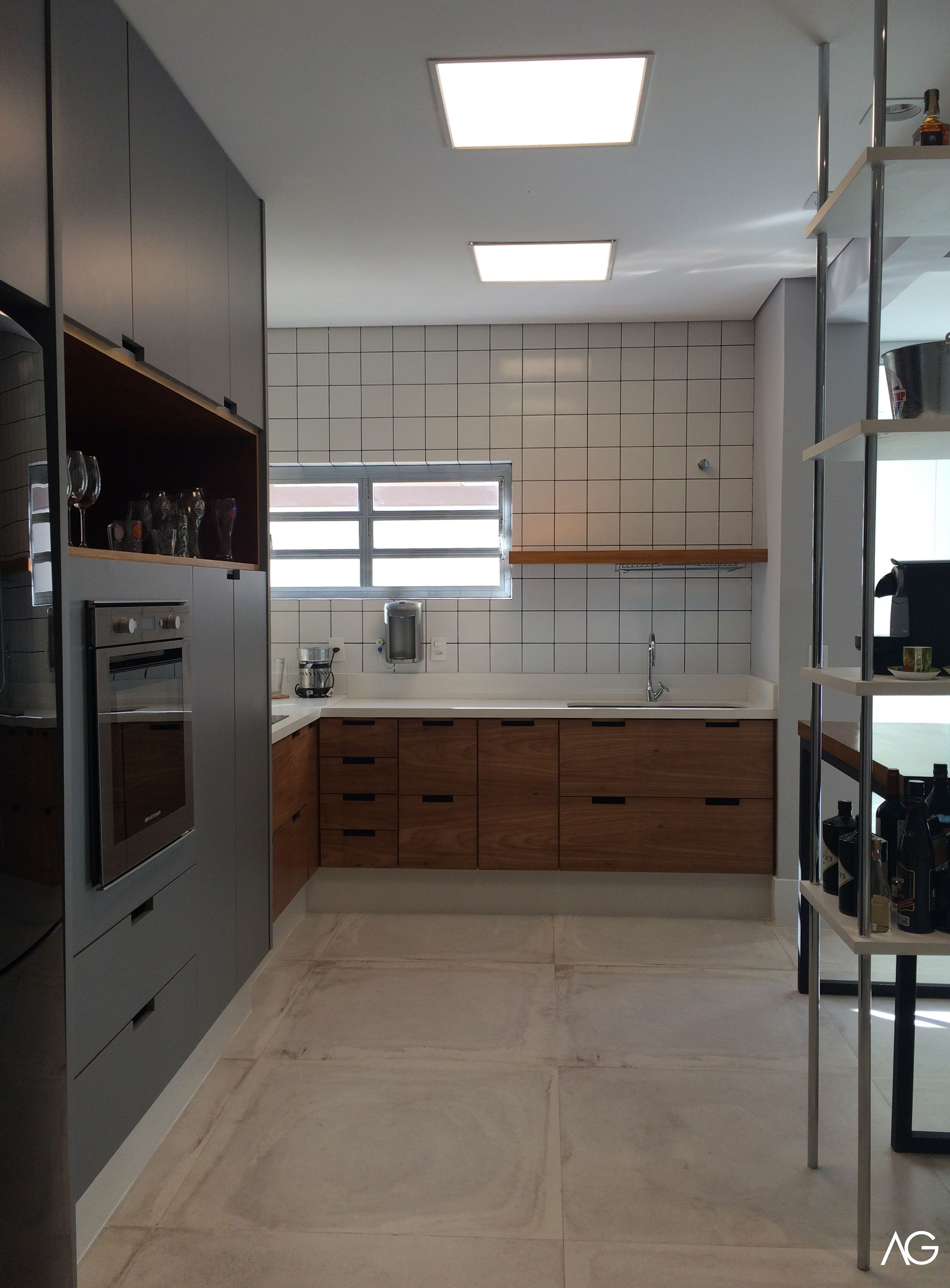 """Artesanato Com Cd Passo A Passo ~ Cozinha integrada composta por armário alto, bancada em""""L"""", prateleira com escorredor de pratos"""