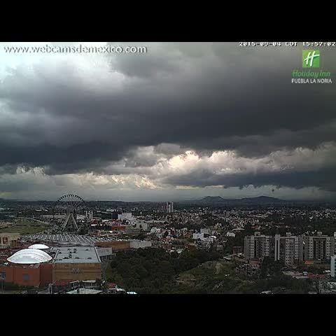 Espectacular cortina de lluvia hace pocos minutos en el Poniente de #Puebla, notar como se movió Sur -> Norte