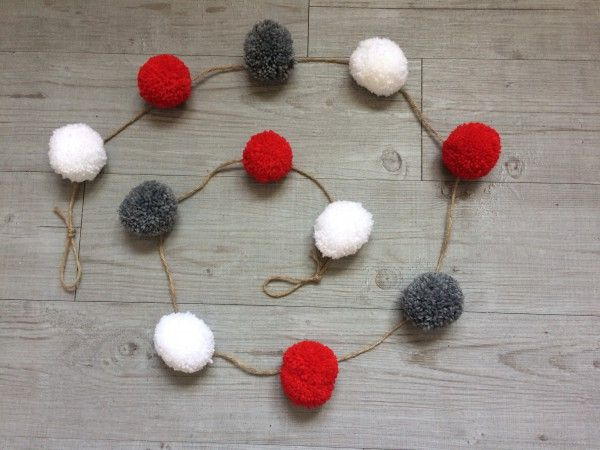 Guirlande pompons en laine blanche, grise et rouge
