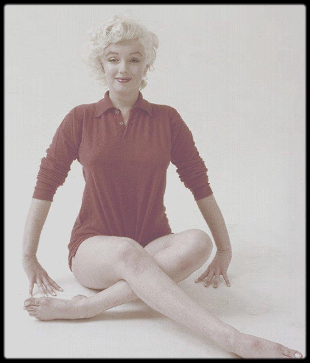 Image – 1955 / Des photos studios de Marilyn en sweat rouge sous l'objectif de Milton GREENE.
