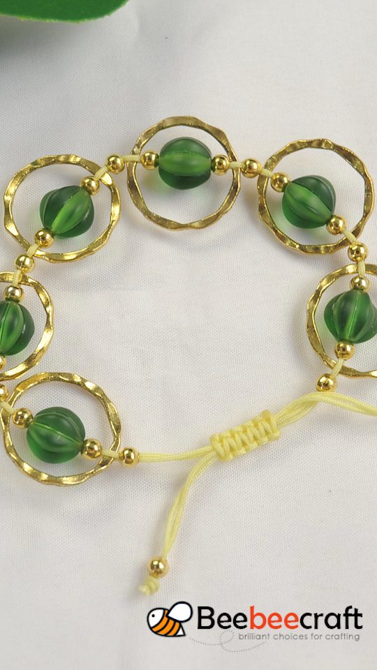Photo of #Beebeecraft Tutorials on making #bracelet with jump rings and #acrylicbeads.