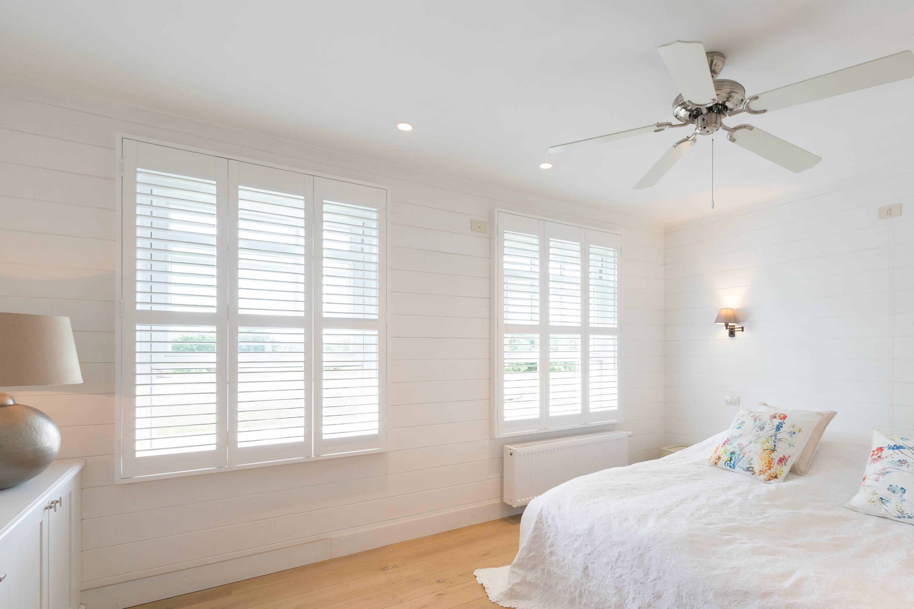 Houten Accessoires Slaapkamer : Witte shutters passen perfect bij deze slaapkamer bestaande uit