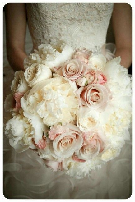 Bouquet Rose Sposa.Bouquet Di Rose E Peonie In Rosa E Panna Romantico E Senza Tempo