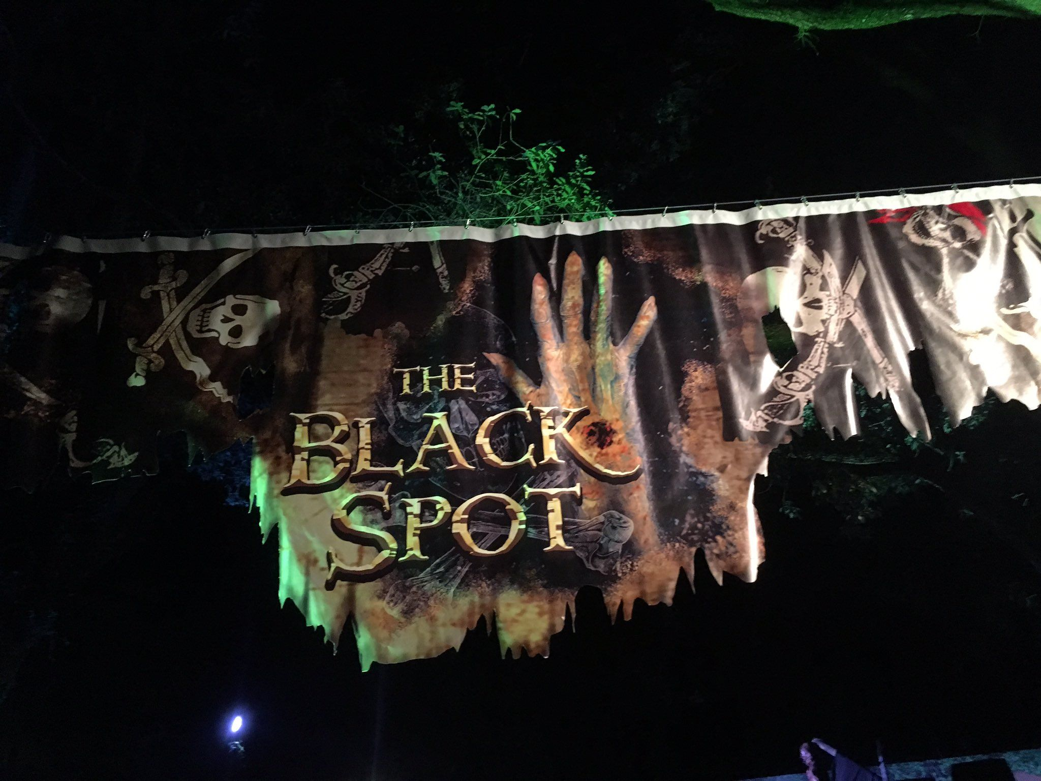 The Black Spot pirate themed haunted house looked great! Lots of fun! @BuschGardens @howloscream #HowlOScream https://t.co/V4eaNdiRa4
