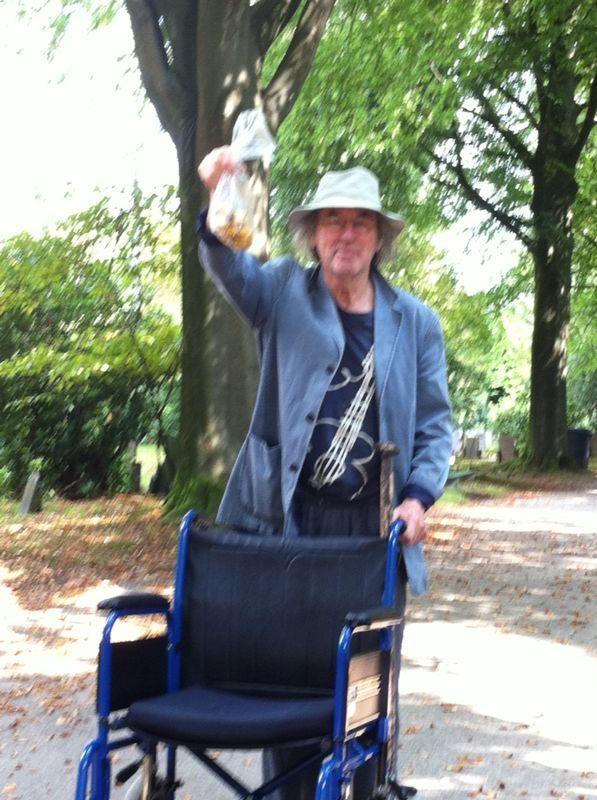 Joop op stap met Dennis Cantharellen geplukt in het bos
