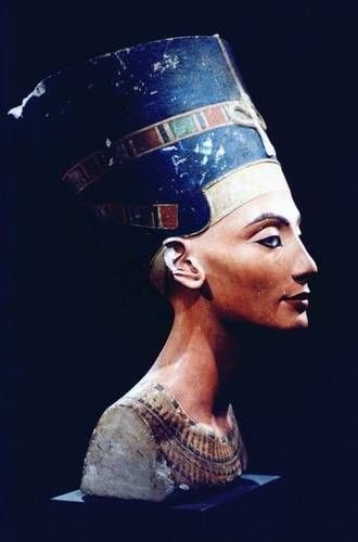 Biography Of Queen Nefertiti Ancient Egyptian Queen Egyptian Queen Nefertiti Bust Egypt Museum