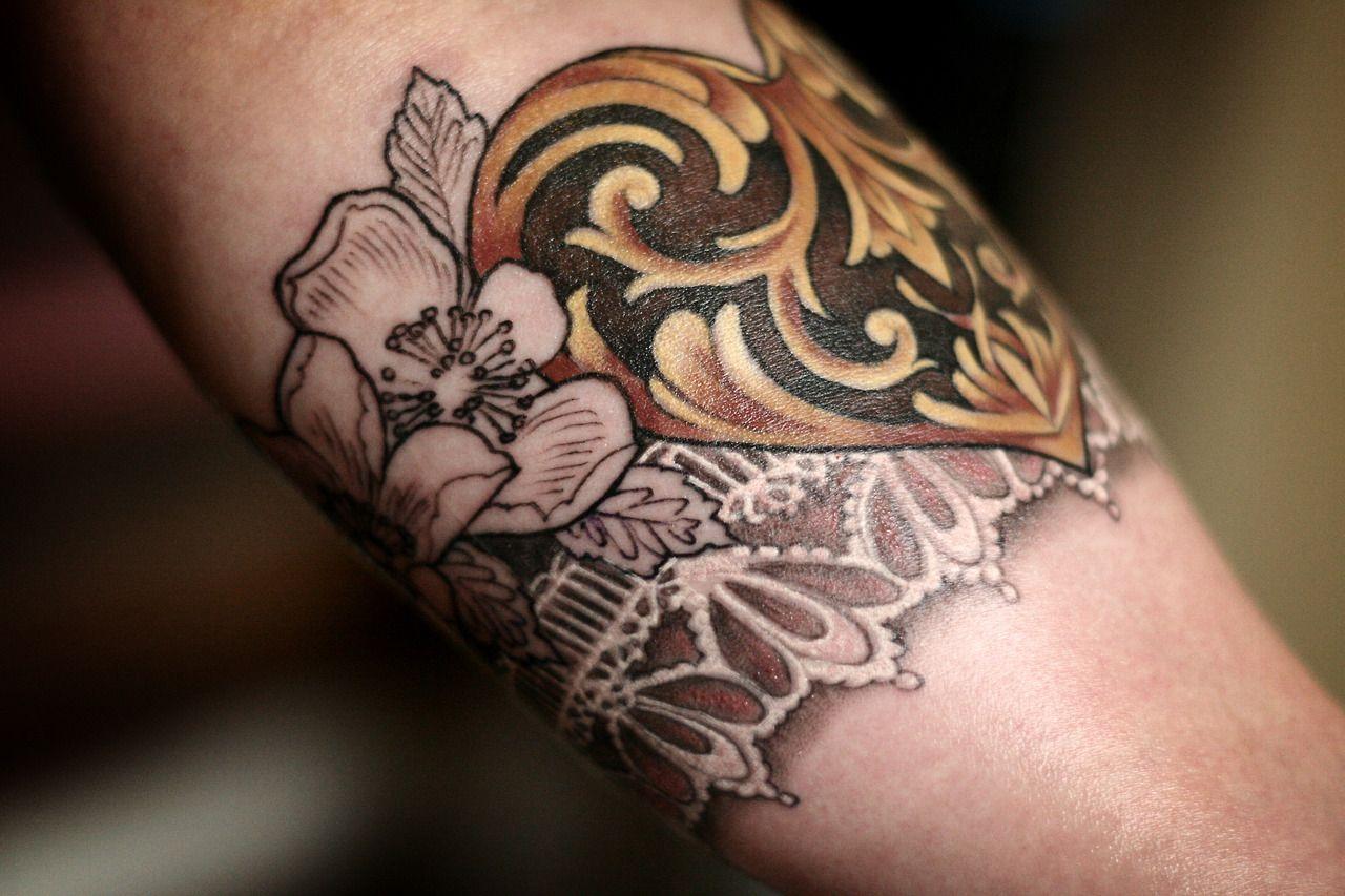 tatouage fleurs coeur et dentelle tattoo tatouage tatouage fleur tatoo. Black Bedroom Furniture Sets. Home Design Ideas
