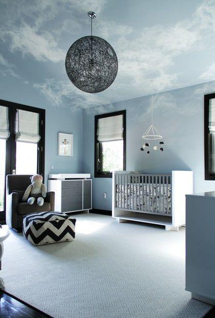 Décoration intérieure chambre bébé nurserie nursery garçon gris anthracite clair peinture murale plafond illusion ciel trompe lœil moderne