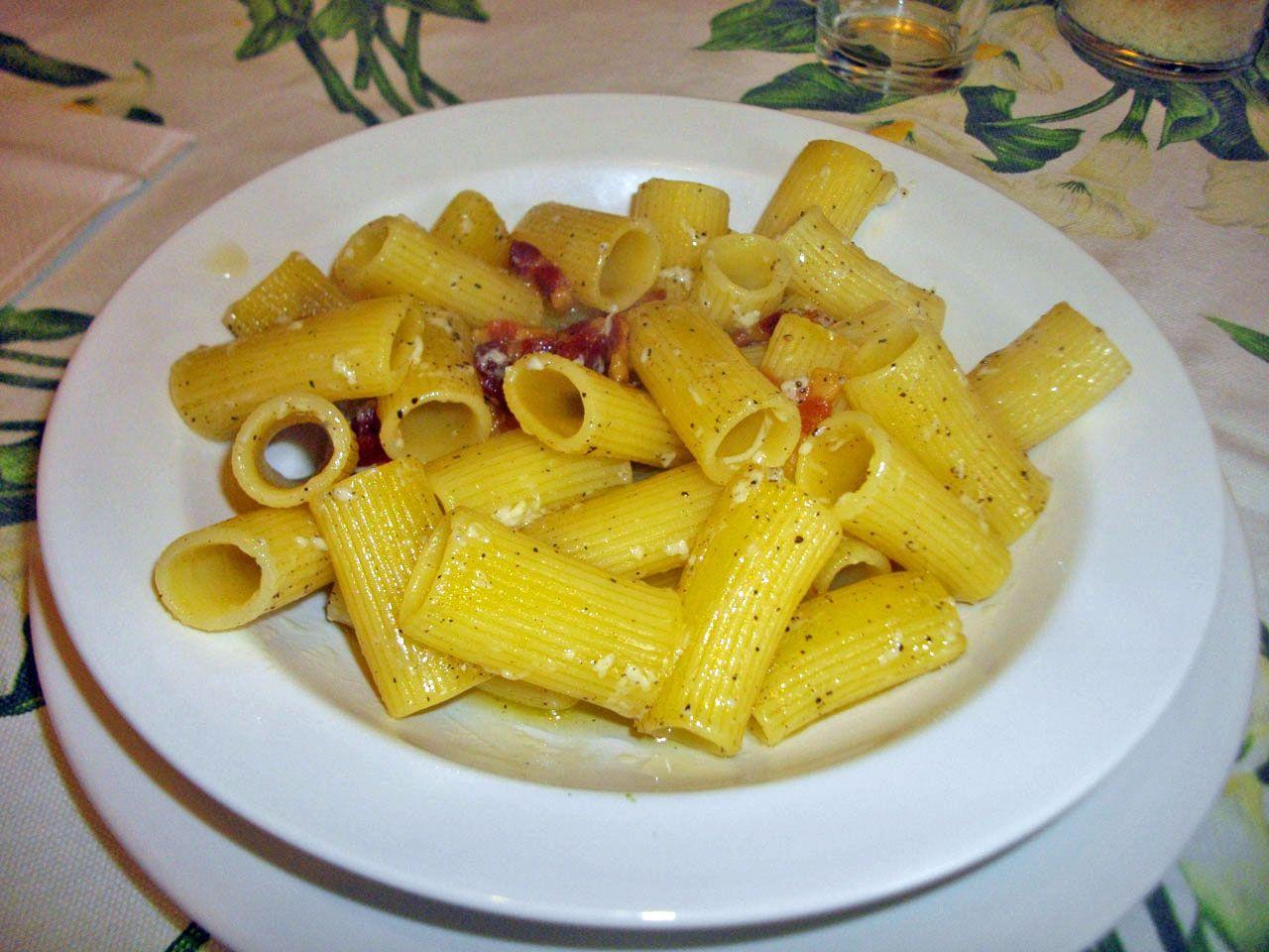 La Gricia o (Amatriciana bianca) è certamente un piatto poco conosciuto ai più che cede fama e visibilità alla sugosa e più recente Amatriciana,