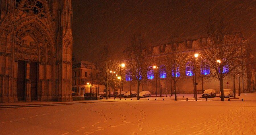 Collégiale de #manteslajolie sous la #neige #nuit