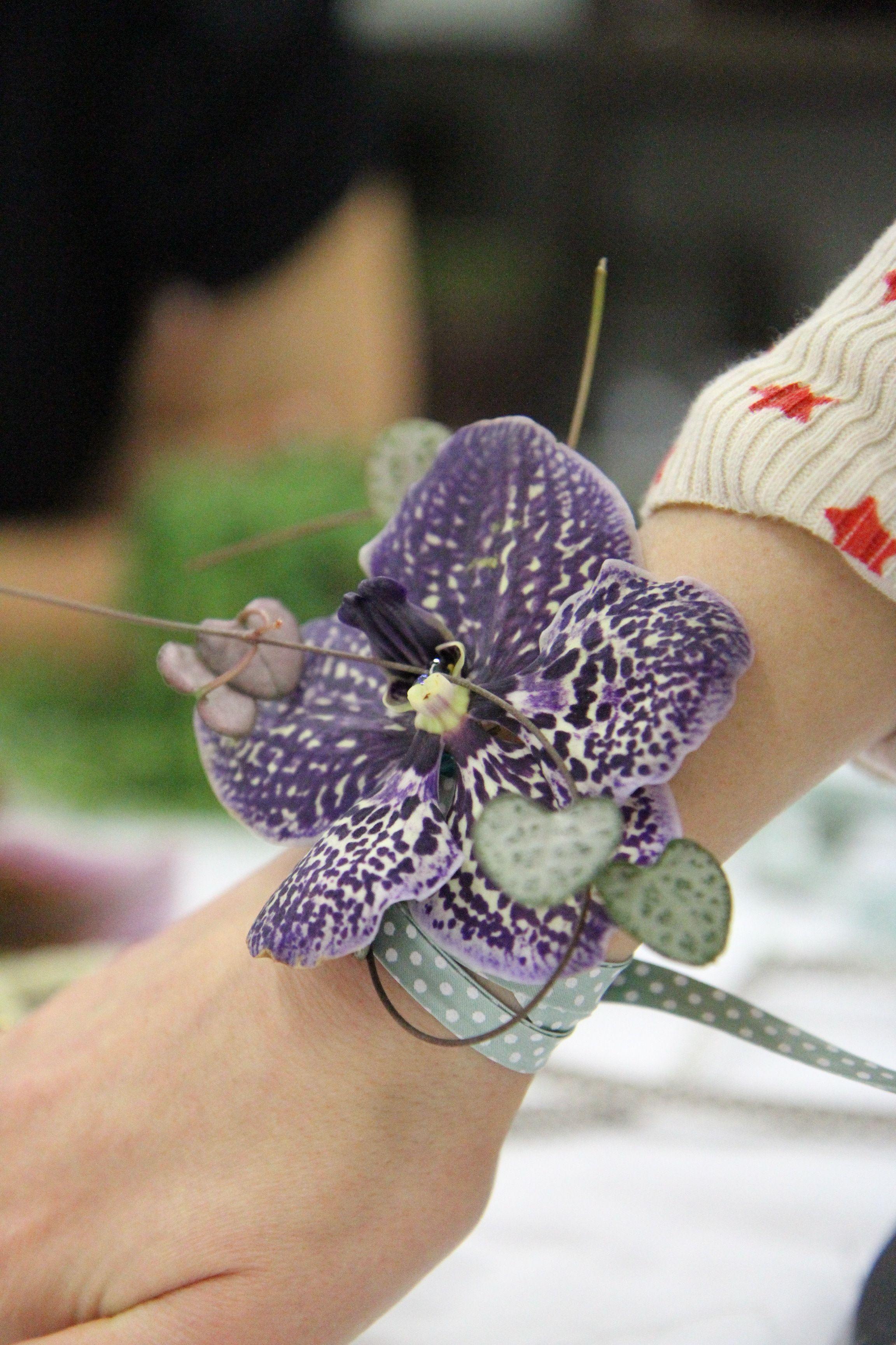 Atelier Floral Aquarelle Com Un Bracelet En Fleurs Art Floral