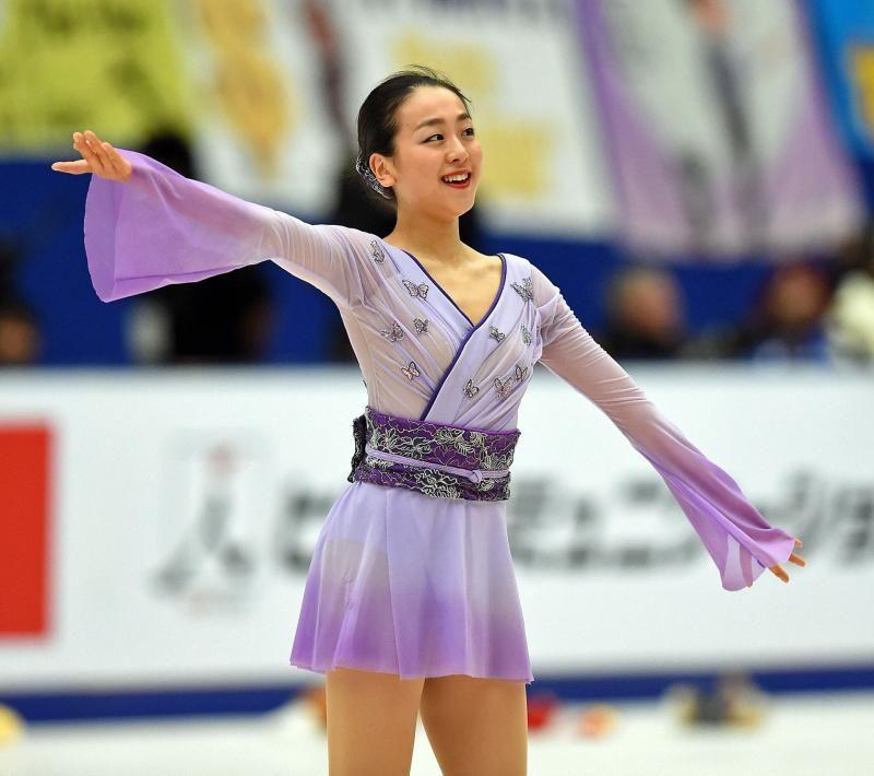 女子フリーで演技を終えた浅田は観客の声援に手を上げて応える (800×710) 「浅田真央V SP&フリー3回転半W成功5年ぶり」 http://www.nikkansports.com/sports/news/1563406.html
