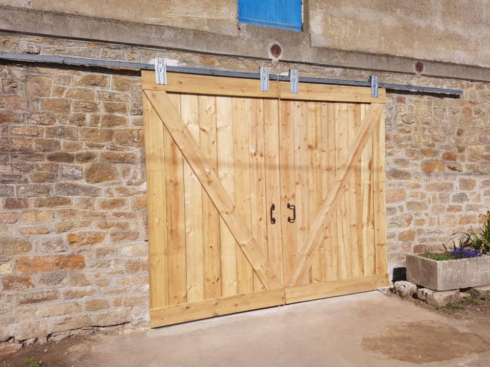 Fabriquer Une Porte De Grange Coulissante En 2020 Portes De Grange Coulissantes Porte Grange Portes Coulissantes De Grange