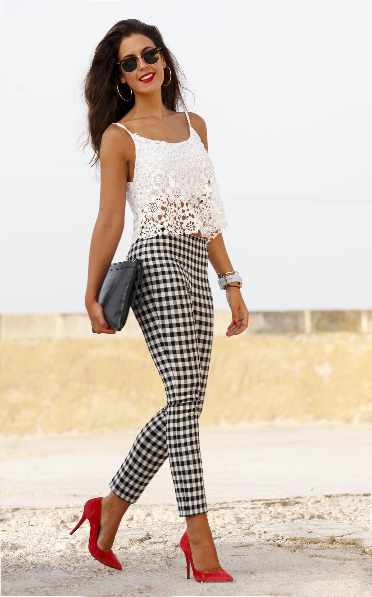 50-70% de descuento última colección mejores zapatos Blusa blanca, pantalón a cuadros, zapatillas rojas | Looks ...