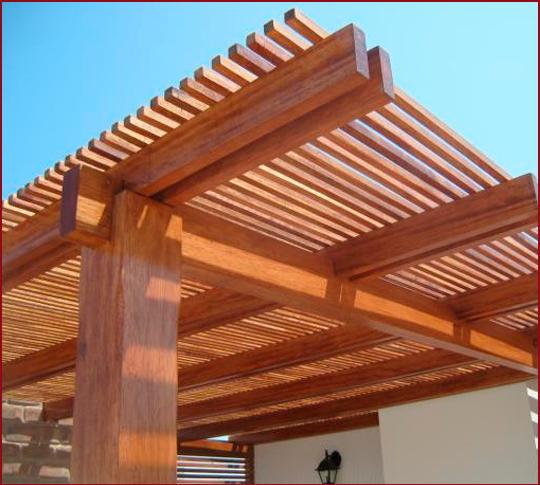 Techo de madera con separaci n entre listones para una for Choza de jardin de madera techo plano