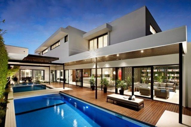 Moderne häuser mit pool  Haus mit Pool, Holzterrasse und Innenhof | Moderne Architektur ...