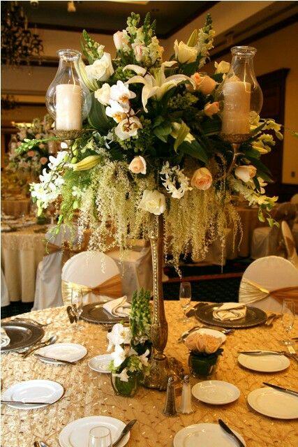 Centro de mesa en candelabro dorado florister a marvin for Mesa de comedor elegante lamentable