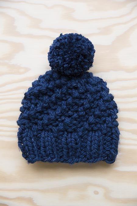donkerblauwe kindermuts lumio met pompon | veritas | knitting and