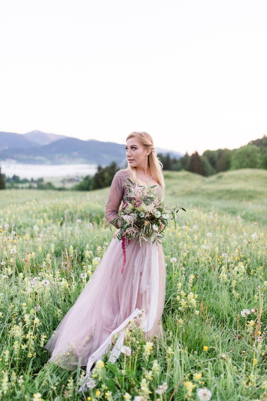 Boho Braut mit Brautkleid in Mink-Rosa | Boho braut, Braut ...