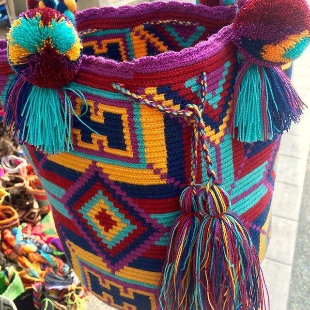 Diseños hermosos hechos por y para mujeres especiales  #wayuu_plume #wayuu #handmade #bags #crochet #womenartists #indigenousart
