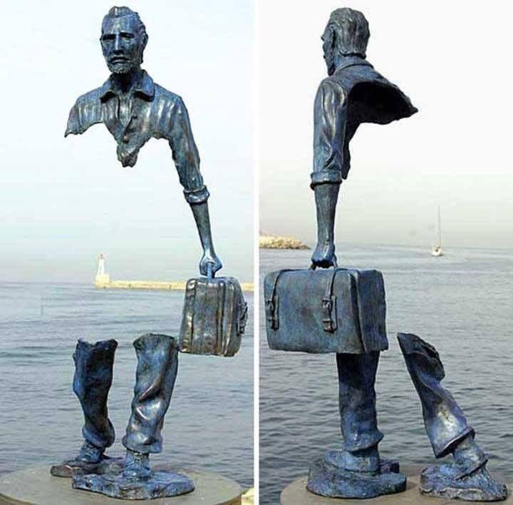 Escultura del artista Frances Bruno Catalano, que simboliza el vacío que crea el verse obligado a abandonar tu tierra, tu vida, tu gente...por cualquier razón.
