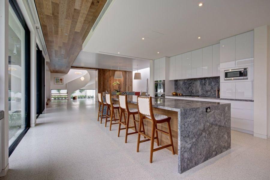 weisse küchenschränke glanz marmor kücheninsel küchenrückwand granit ...